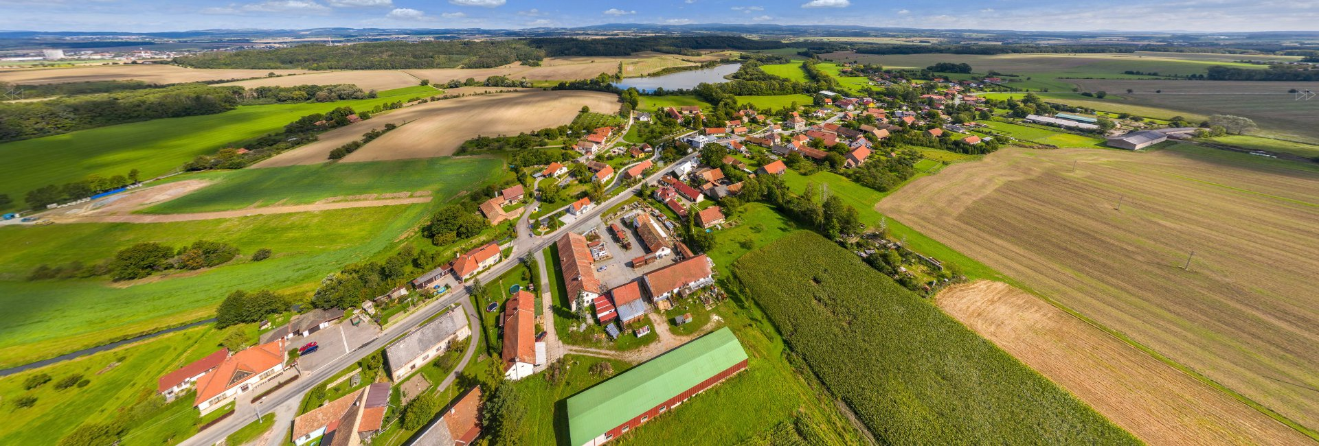 Letecký pohled na obec Semechnice